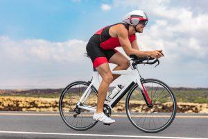 mann fährt triathlon rad in steppengegend