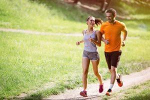 Mann und Frau gehen laufen