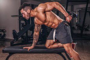mann macht muskelaufbau mit dips auf hantelbank