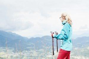 Wanderin mit Stöcken
