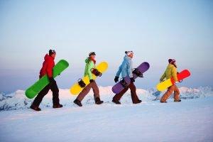 Gruppe auf dem Weg zum snowboarden