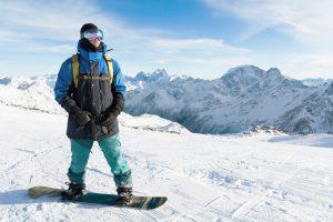 Mann beim Snowboarden
