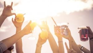gläser mit alkohol werden zum himmel gereckt symbolbild zum thema stoffwechselstörung