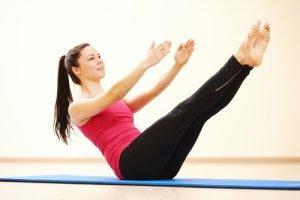 Pilates-Übung auf einer Matte