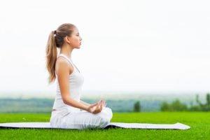 Junge Frau Yoga meditieren