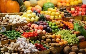 große menge obst und gemüse in verschiedenen kisten