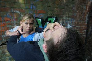 frau nutzt selbstverteidigung gegen einen angreifer