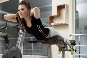 frau macht hyperexentions symbolbild übungen unterer rücken