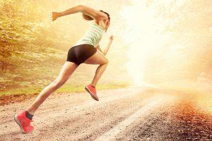 sportliche frau sprintet im wald