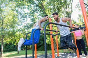 männer beim outdoor brusttraining
