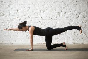 frau bei übungen gegen rückenschmerzen