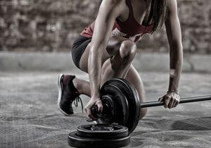 bodybuilding frau in sportlicher kleidung mit hantel