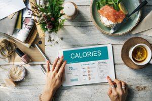 mann zaehlt kalorien zum zunehmen
