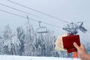 portemonaie mit geld vor skilift