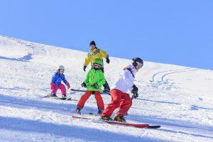 kinder trainieren kurven beim schifahren mit eltern