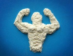 trainierter männer oberkörper aus eiweißpulver