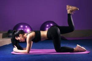 plank mit beinheben zum po training