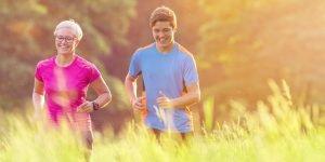 ältere frau und junger mann joggen