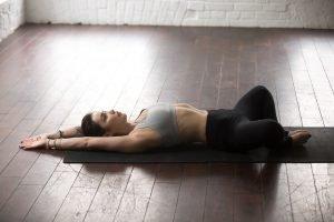 frau dehnt ihre hüfte mit yoga übung