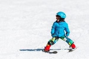 kind beim skifahren lernen im schneepflug