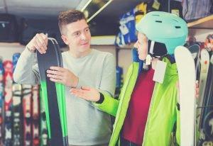 frau wird beim kauf der richtigen skier beraten