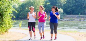drei frauen beim joggen
