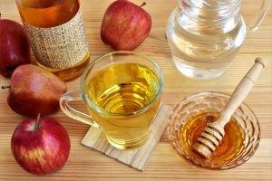apfelessig mit honig und äpfeln