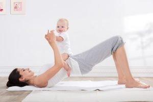 Frau macht Brücke mit Baby