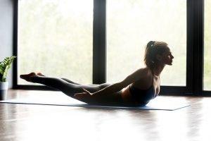 yoga übung gegen schmerzen im rücken