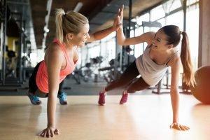 zwei frauen treiben sport um abzunehmen