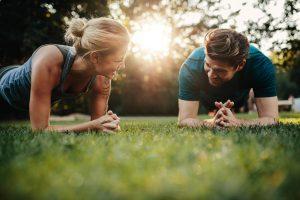 mann und frau bei abnehm übungen