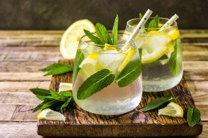 Minze und Zitrone im Wasser