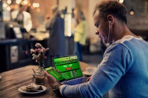 mann platziert online sportwetten in cafe