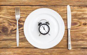 Leerer Teller mit Uhr