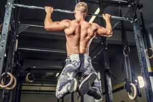 Klimmzüge im Fitnessstudio üben