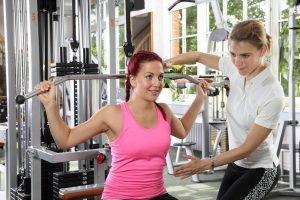 Latzug-Training mit Trainer