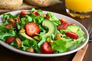 Avocado und Cashewkerne im Salat