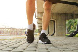 Fußgelenk vor dem Sport dehnen