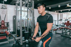 die innere Brust am Kabelzug trainieren