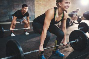 Frau trainiert ihre Kraft