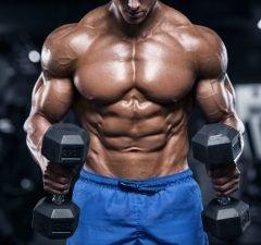 Mann beim Muskeltraining