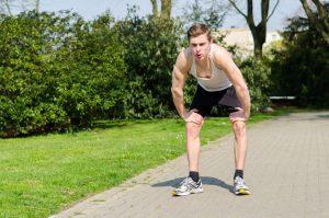 Jogger atmet auf Strecke durch