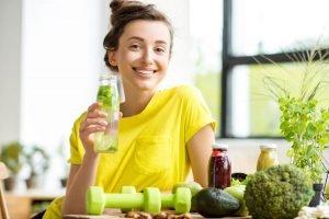Frau mit grünem Gemüse