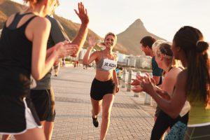 läuferin läuft bei marathon ins ziel ein