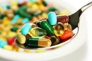 kohlenhydratblocker und fettblocker als pillen und kapseln auf löffel