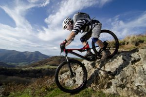 Mountainbiker beim Downhill