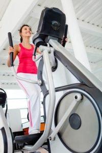 Frau beim Ausdauersport auf Crosstrainer