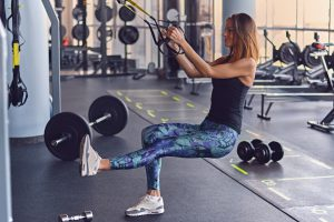 frau macht sling trainer übung brustdrücken