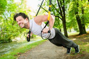 mann macht sling trainer übung liegestütz
