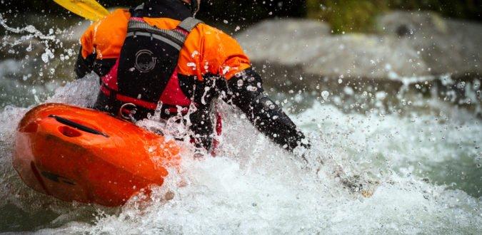 Mann bei Wildwasserfahrt